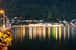 Pilier de ville de Tromso de nuit avec le fond de réflexions de lampe Photo libre de droits