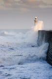 Pilier du nord de Tynemouth et ondes tombantes en panne Image libre de droits