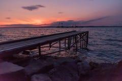 Pilier en bois au coucher du soleil Images stock