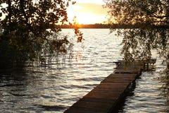 Pilier en bois au lac Photo stock