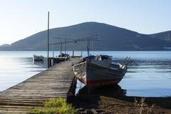 Pilier en bois avec de petits bateaux de pêche Photographie stock libre de droits