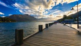 Pilier en bois avec le beau lac Wakatipu Photos stock