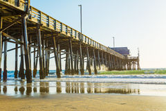 Pilier en bois en plage de Newport Photos stock