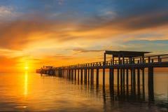 Pilier en bois entre le coucher du soleil à Phuket, Thaïlande Photographie stock