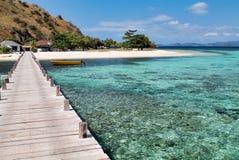 Pilier en bois et beau récif sur l'arrivée en île de kanawa Images libres de droits