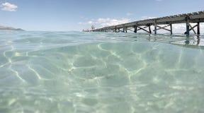 Pilier en bois en plage de baulo de fils en île espagnole de Majorque Images stock