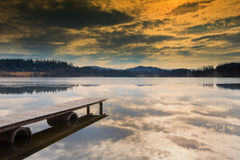 Pilier en bois s'étendant dans le lac Photo stock
