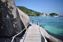 Pilier en bois sur l'eau de paradis, KOH Tao Photo stock