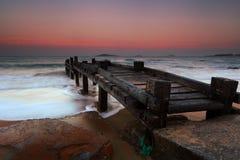 Pilier en bois sur la plage Photographie stock