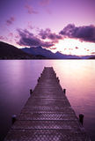 Pilier en bois sur le lac Image stock