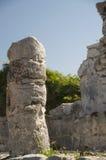 Pilier en pierre aux ruines du temple maya de Tulum image libre de droits