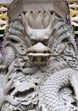 Pilier en pierre de dragon dans le temple de monastère de PO lin images libres de droits