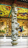 Pilier en pierre traditionnel chinois avec la conception et le modèle classiques de sculpture en dragon dans le style oriental en Image libre de droits