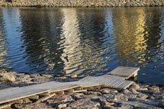 Pilier en rivière avec des réflexions dans l'eau Images stock