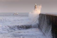 Pilier et bateau du nord de Tynemouth Photo stock