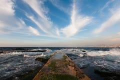 Pilier et beau ciel bleu avec de longs nuages blancs photo libre de droits