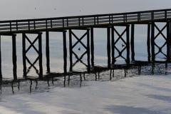 Pilier et canards en silhouette Photo stock