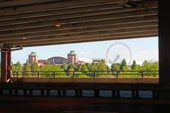 Pilier et Ferris Wheel de marine de Chicago vus du pont mobile dans le secteur de la communauté proche de côté nord Images libres de droits