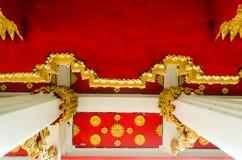 Pilier et plafond thaïs de temple Photographie stock