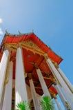 Pilier et thepwararam rouge de suthat de wat de toit Images libres de droits