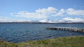 Pilier majestueux dans le fjord bleu rêveur avec la montagne neigeuse à l'arrière-plan banque de vidéos