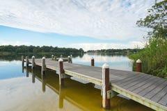 Pilier paisible de pêche sur le bayou photographie stock libre de droits