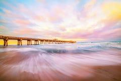 Pilier par l'océan dans le coucher du soleil de soirée Photos libres de droits