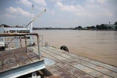 Pilier pour amarrer ou ponton pour débarquer le bateau photographie stock libre de droits