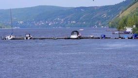 Pilier pour des bateaux sur la rivière banque de vidéos