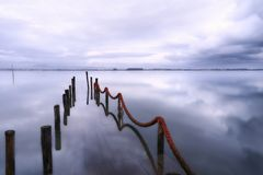 Pilier submergé un jour d'hiver photos libres de droits