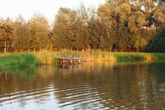 Pilier sur l'étang dans la soirée Photo stock
