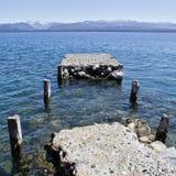 Pilier sur le lac Hausse de l'aventure en San Carlos de Barilochein Photo libre de droits