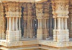 Piliers à l'intérieur d'un temple hindou chez Hampi, Inde Photo stock