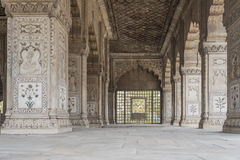 Piliers admirablement découpés dans le fort rouge à New Delhi, Inde Il a été construit en 1639 image libre de droits