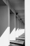 Piliers alignés vers l'infini en noir et blanc images stock