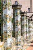 Piliers carrelés colorés dans le jardin de cloître chez Santa Chiara Monastery dedans par l'intermédiaire de Santa Chiara, Naples image stock