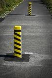 Piliers concrets d'avertissement sur la route Photographie stock libre de droits