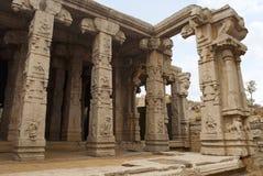 Piliers découpés du Kalyana Mandapa, mariage divin Hall, temple d'Achyuta Raya, Hampi, Karnataka, Inde Centre sacré généralités photo libre de droits