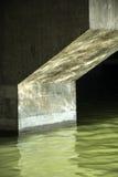 Piliers de l'eau et de ciment Photos libres de droits