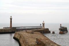 Piliers de port de Whitby. Photographie stock libre de droits