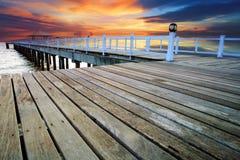 Piliers en bois et scène de mer de pavillion avec l'utilisation sombre de ciel pour le natura images libres de droits