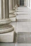 Piliers en pierre à l'extérieur du bâtiment de loi du Parlement Image libre de droits
