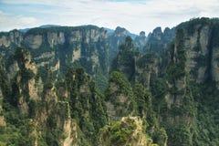 Piliers impressionnants de grès dans la région de Yuangjiajie Photo stock