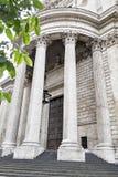 Piliers puissants soutenant le portique au-dessus d'une porte à la cathédrale de St Paul, Londres, Angleterre Images stock