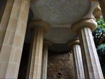 Piliers tenant un plafond carrelé, aune de ¼ du parc GÃ Images libres de droits