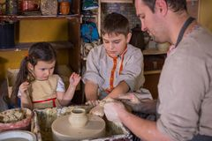 Pilla visningen hur man arbetar med keramiskt i krukmakeristudio fotografering för bildbyråer