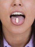 Pille auf der Zunge Lizenzfreie Stockfotos