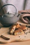 Pille des pépites cuites au four faites maison croustillantes de pommes de terre d'aliments de préparation rapide avec la crevett Photographie stock libre de droits