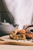 Pille des pépites cuites au four faites maison croustillantes de pommes de terre d'aliments de préparation rapide avec la crevett Photo libre de droits