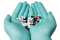 Pille in einer Hand lokalisiert auf weißem Hintergrund Lizenzfreie Stockfotos